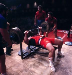 Ted Arcidi drückt 320kg ( Foto Mike Lambert)