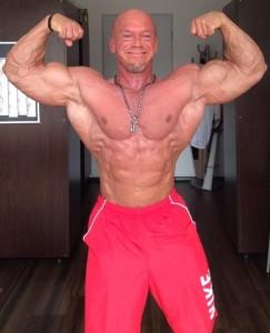 Ralf Szesny zeigt seine Zuversicht in dieser Doppelbizeps-Pose  ( Foto mit freundlicher Genehmigung von R.Szesny)