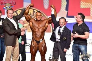 Gesamtsieger Männer Bodybuilding: Lukas Wyler mit A.Schwarzenegger, R.Santonja und R.Gaspari ( Foto: DBFF/ IFBB)