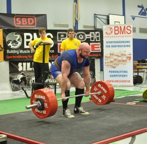 Alexander Hoffmann versucht 330 kg. Der Mann von Union Groß Ilsede schaffte exakt 900 kg im Dreikampf ( Foto: Tim Demkowsky)