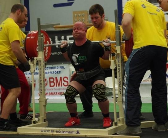 Ronny Berndt beugt 320 kg bei den Männern bis 93 kg. (Foto: Tim Demkowsky)