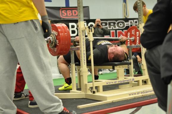 Kevin Koch scheitert drei Mal an 335kg ( Foto: Tim Demkowsky)
