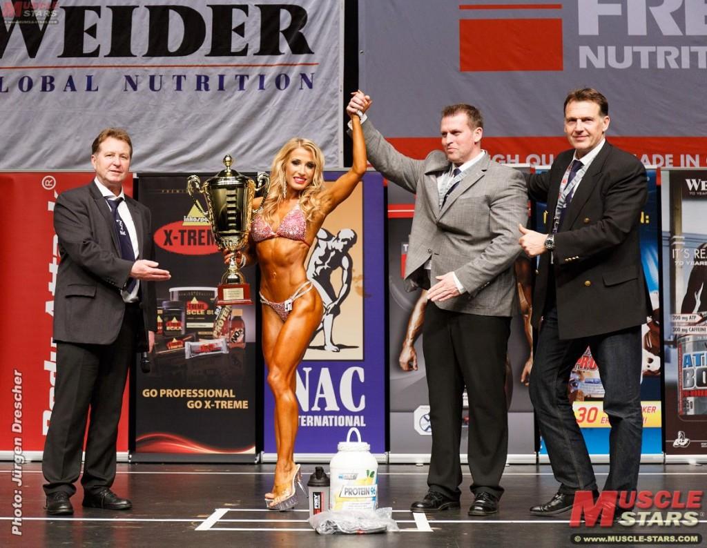 Liga Leite, Gesamtsiegerin Bikini Shape, mit Harald Hoyler, Dirk Kau und Attila Hercsuth vom NAC ( Foto: J.Drescher , Muscle Stars)